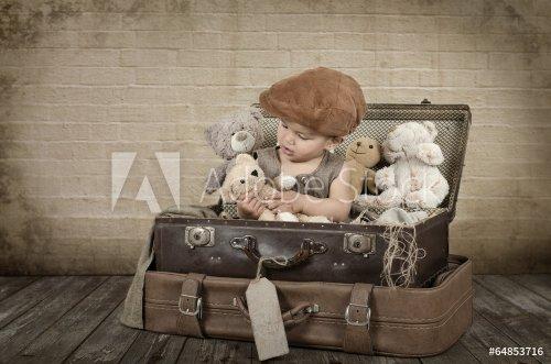 Kind spielt mit Teddy